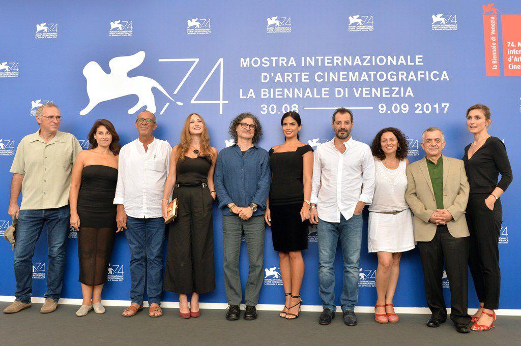 عادل كرم مع مجموعة من المممثلين وكاتبة الفيلم