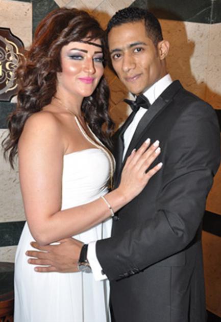 النجم المصري محمد رمضان وزوجته