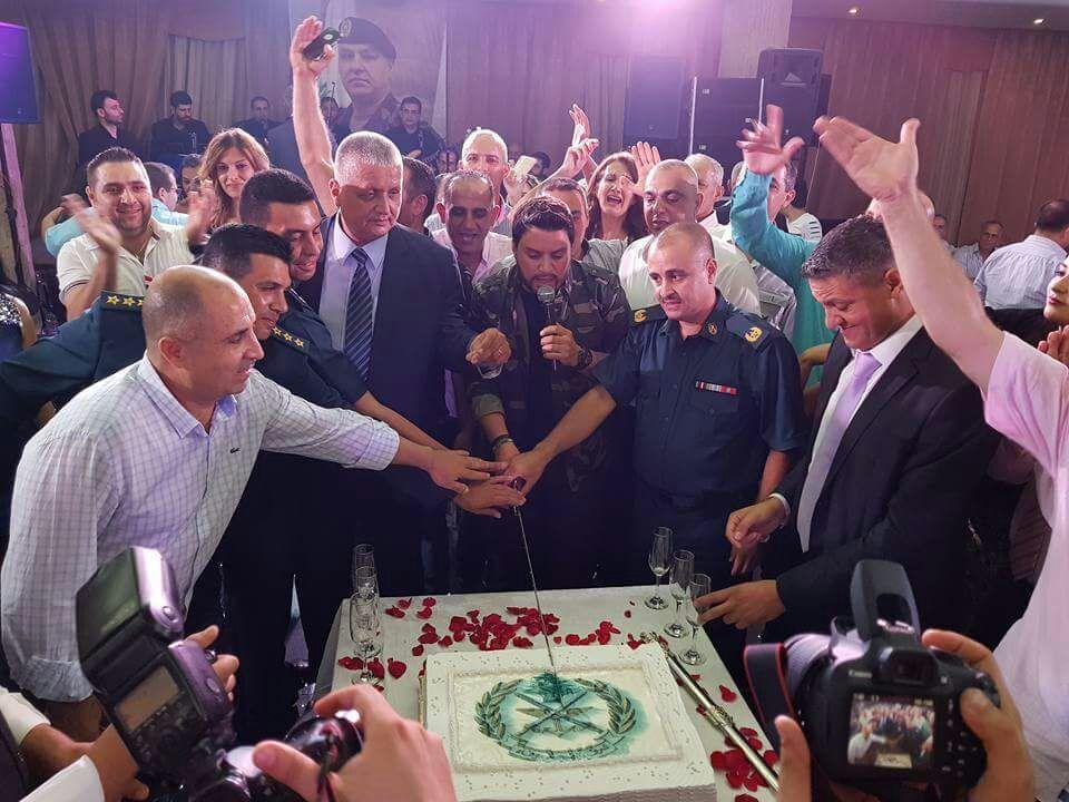 في ختام الحفل قطع هشام قالب الحلوى مع عدد من الضباط