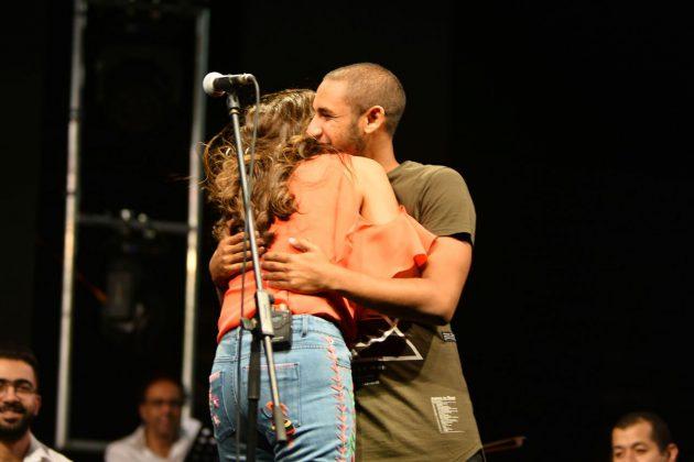 أنغام تحتضن ابنها على المسرح