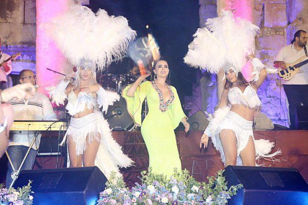 ليال عبود تألقت على المسرح برفقة الراقصات