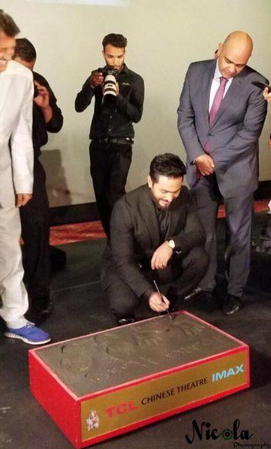 تامر حسني يوقع إلى جانب بصمتيه