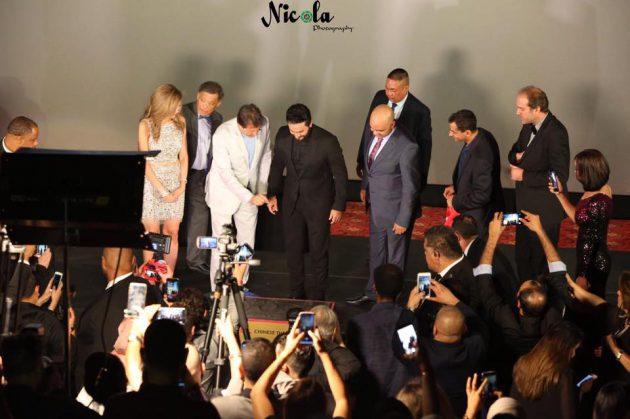 المصورون يلتقون صورأ للنجم لتامر حسني