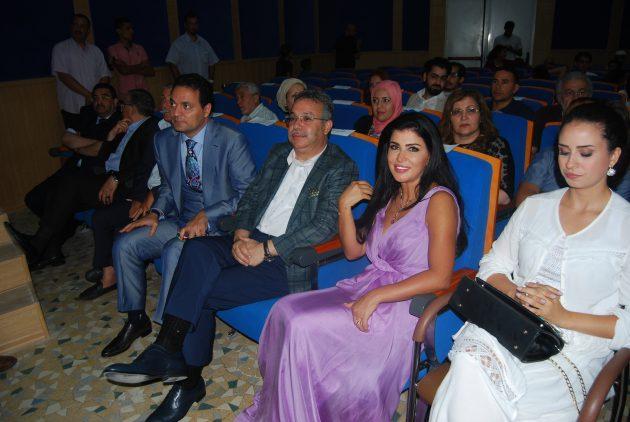 جومانا مراد تجلس وسط الضيوف