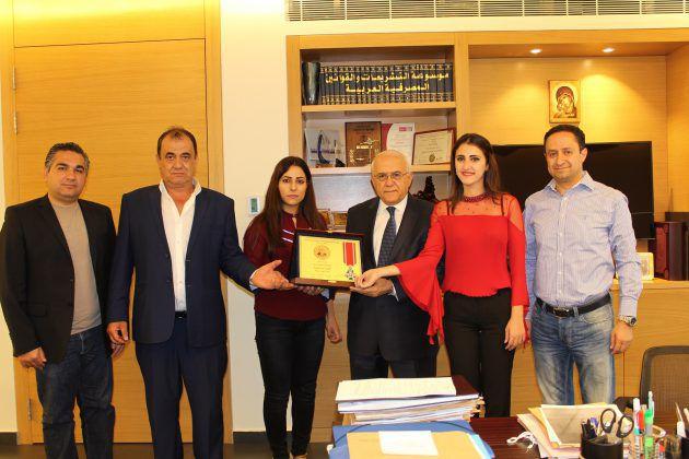 عزيز طربيه وصورة جماعية مع أعضاء اللجنة