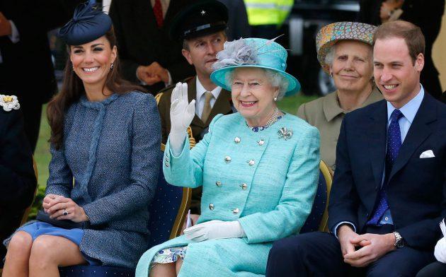 الملكة إليزابيث والامير وليام وكايت