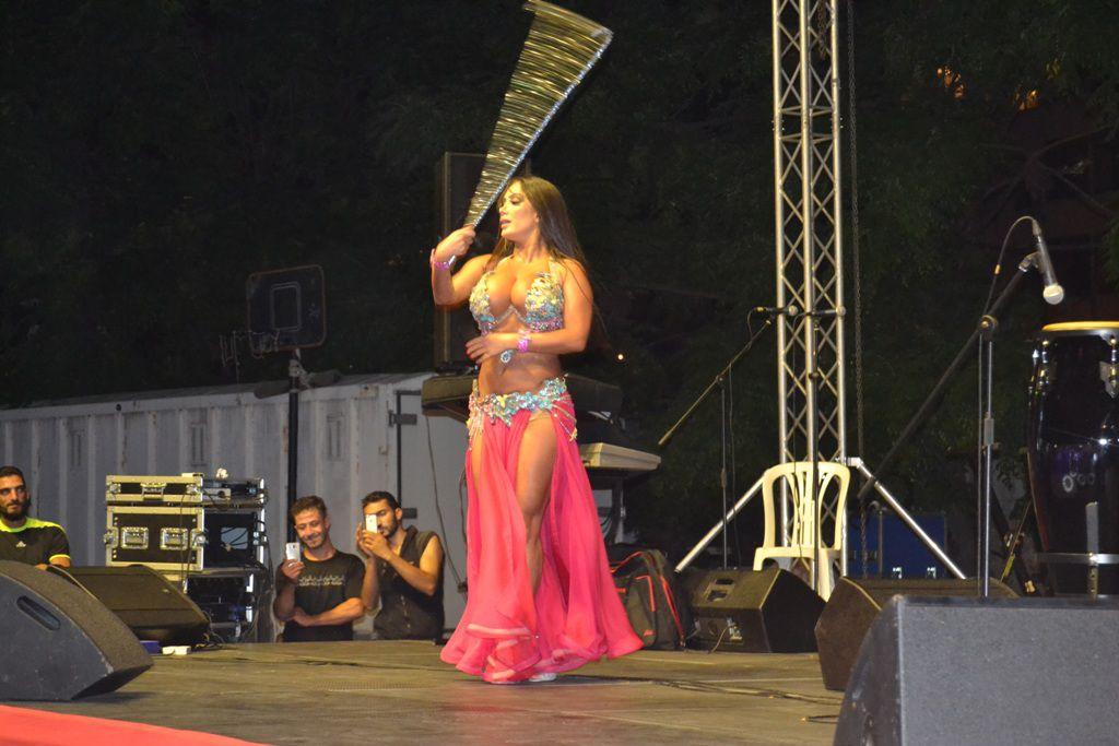 الراقصة اللبنانية اليسار