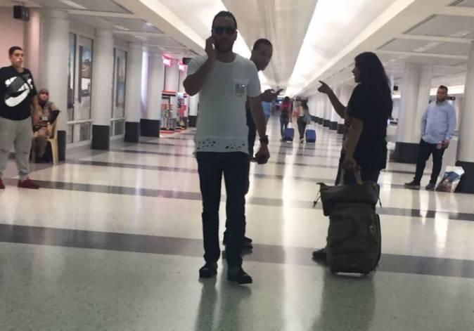 حسين الديك في مطار بيروت ويحمل هاتفاً
