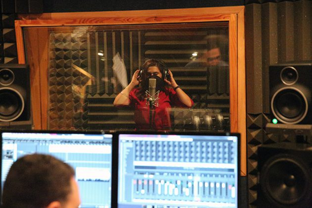 نانسي حوا خلال تسجيل أغنيتها الجديدة