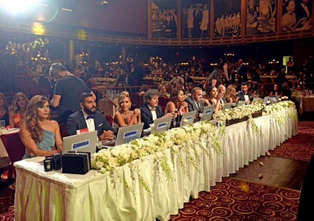 فراس حمدان يجلس إلى جانب لجنة تحكيم البرنامج