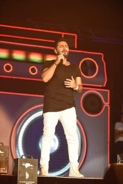 تامر حسني يغني بإنسجام على المسرح