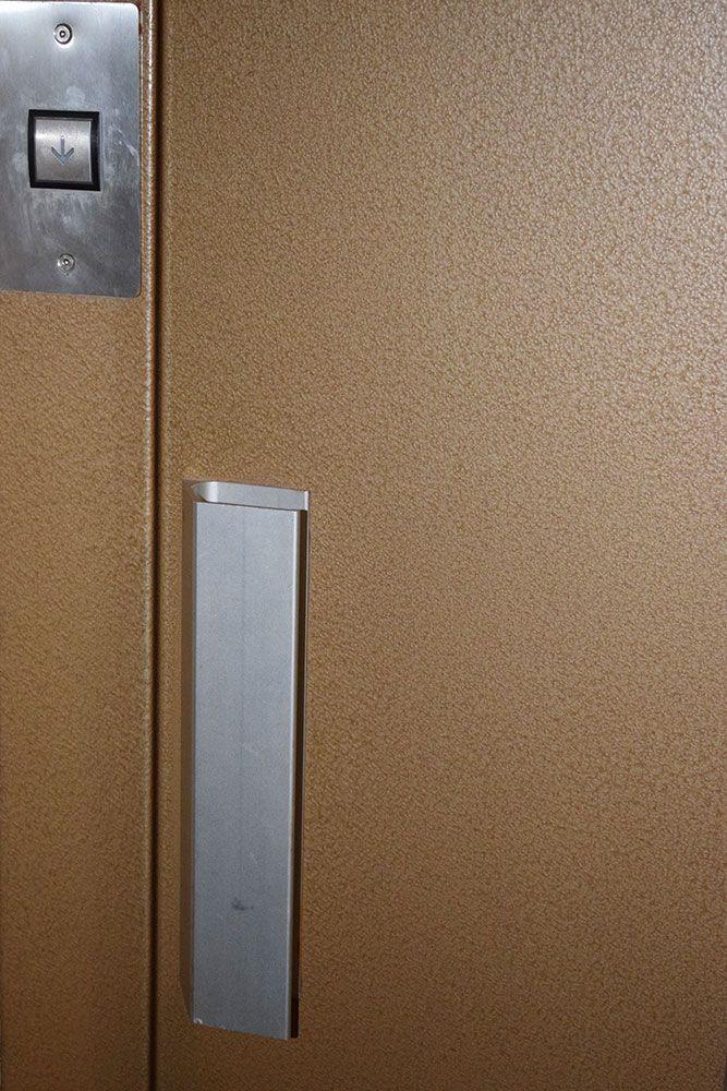 إضغط على أزرار المصعد بواسطة كوعك