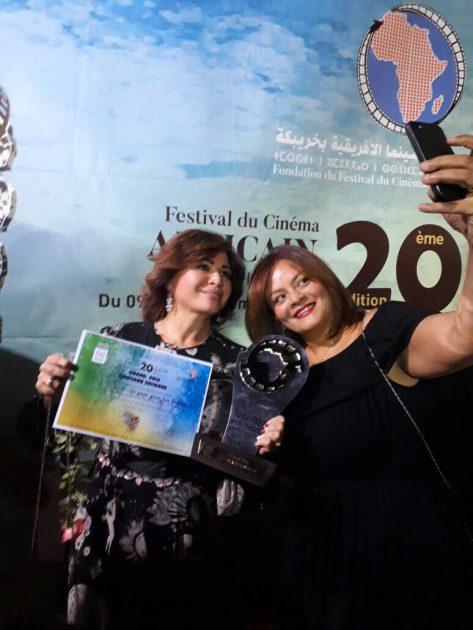 كاملة أبو ذكري تلتقط صورة مع إلهام شاهين بعد تكريم فيلمهما (يوم للستات)