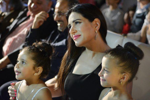 الممثلة المصرية ميرنا وليد برفقة ابنتيها