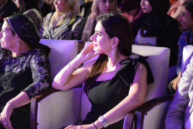 ميرنا وليد تجلس وسط الحضور