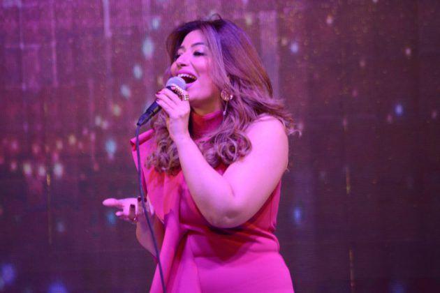 غادة رجب تغني على المسرح