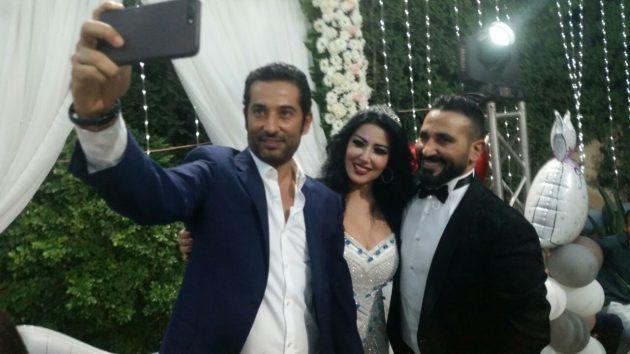 عمرو سعد شقيق العريس يلتقط السلفي مع شقيقه وعروسه