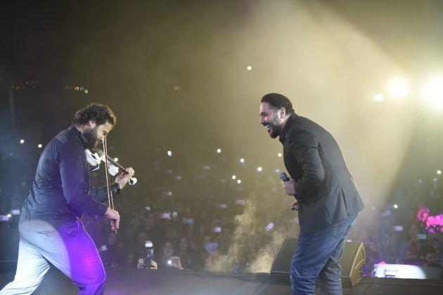 رامي عياش يمازح أحد أعضاء فرقته الموسيقية