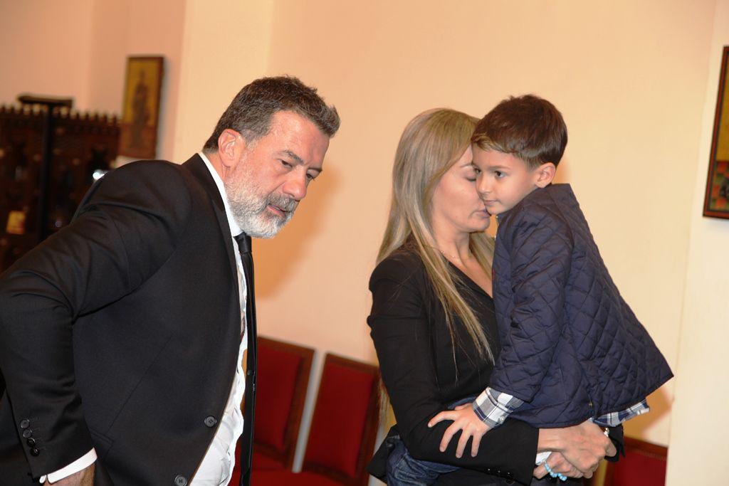 كريستينا صوايا تقبل ابنها قبل رحيله مع والد طوني بارود