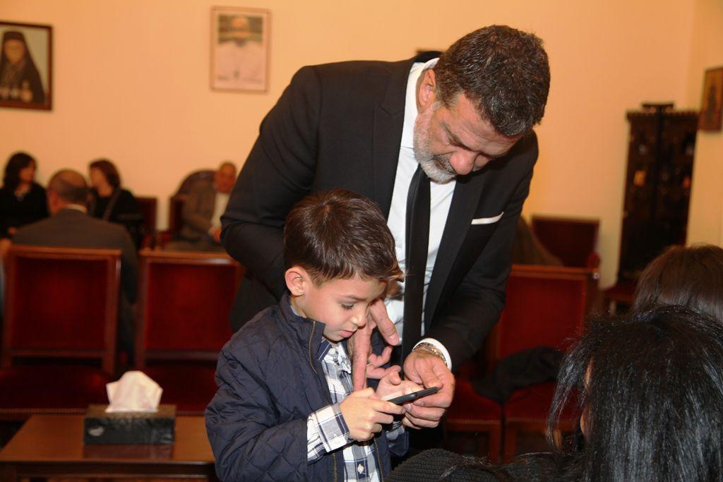 طوني بارود يهتم بابنه في عزاء والد طليقته كريستينا صوايا