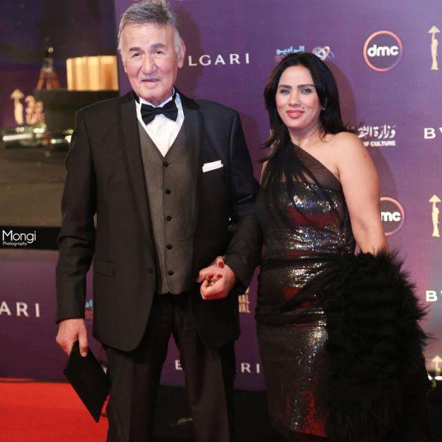 الممثل المصري الكبير عزت أبو عوف برفقة زوجته في حفل افتتاح مهرجان القاهرة السينمائي