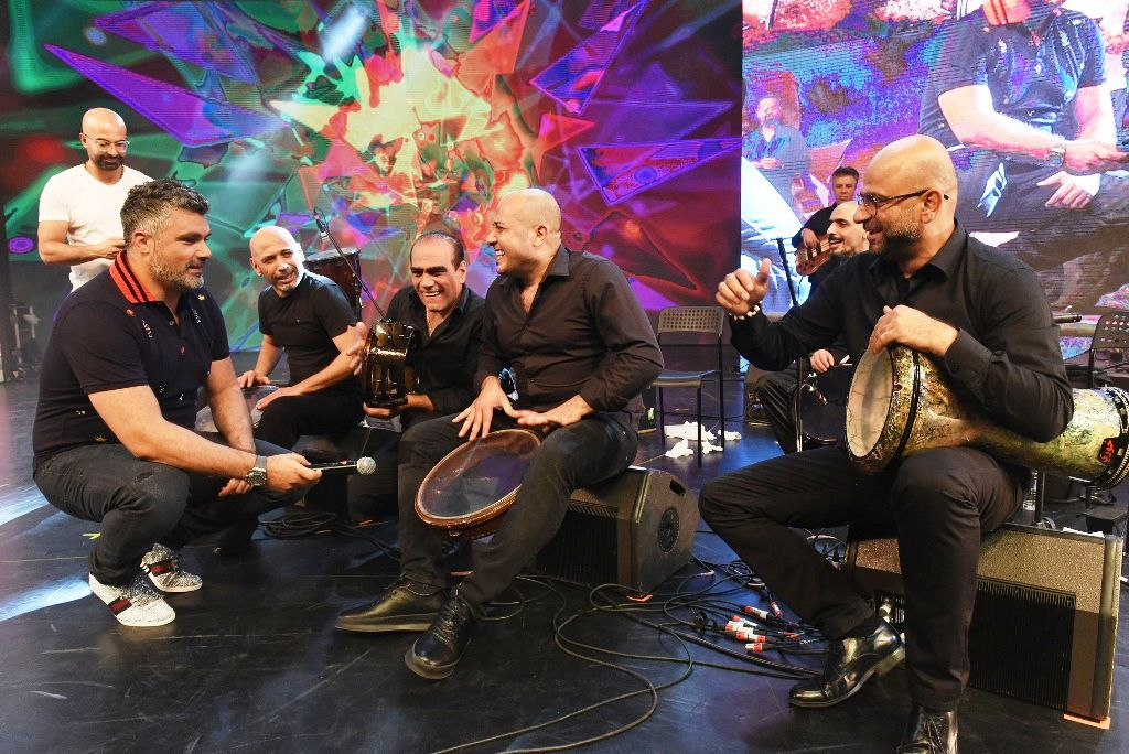 فارس كرم متواضع جداً مع فرقته الموسيقية