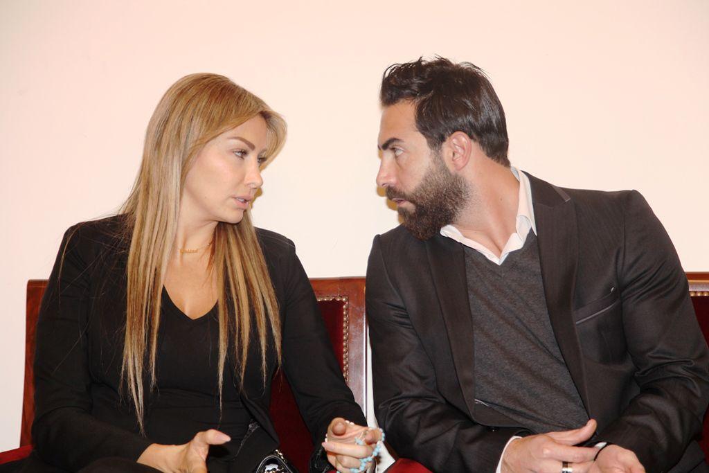الممثل اللبناني كارلوس عازاء يواسي كريستينا صوايا بوالدها