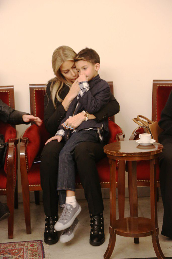 كريستينا تقبّل يد ابنها بحب