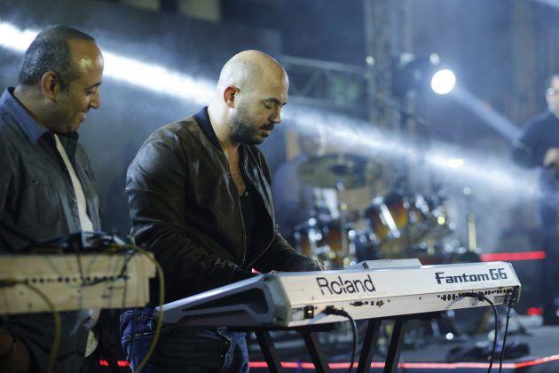 الفنان محمود العسيلي يعزف لجمهور