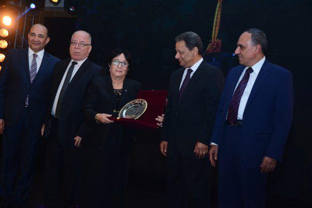سميرة عبد العزيز تحمل الجائزة بين يديها
