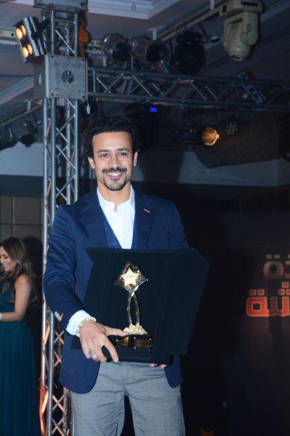 أحمد داوود يحمل جائزته