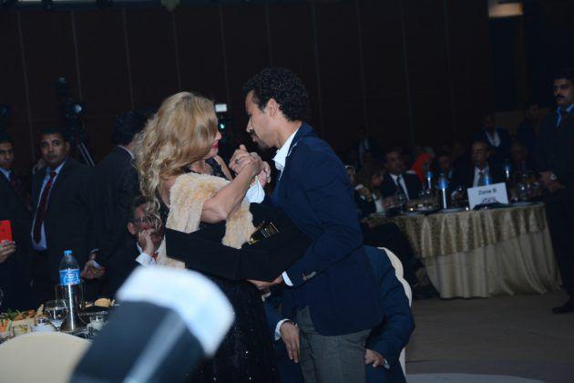 أحمد داوود يقبل يد يسرا