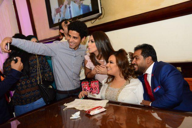 سيلفي إسراء عبد الفتاح وحمدي الميرغني مع العروسين