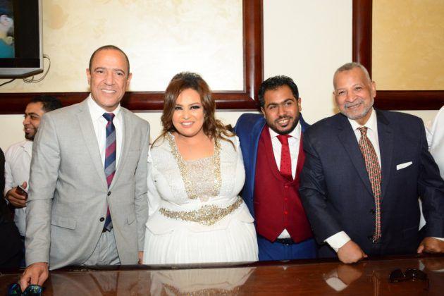 أشرف عبد الباقي مع العروسين