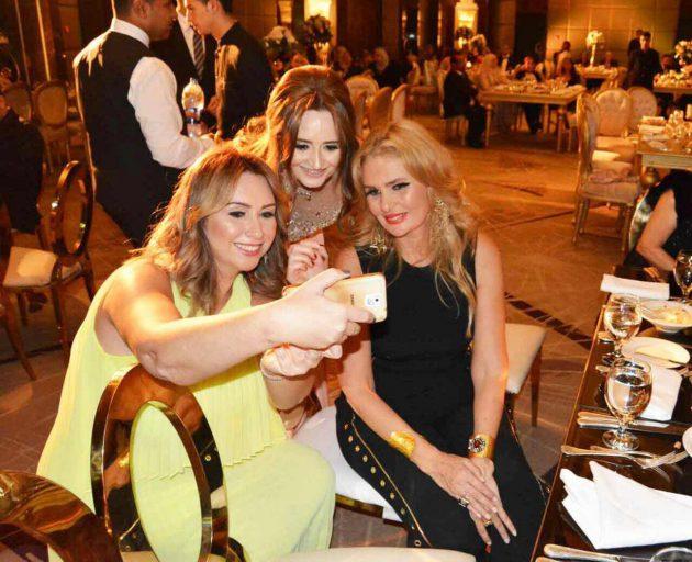 الممثلة المصرية يسرا برفقة صديقتيها