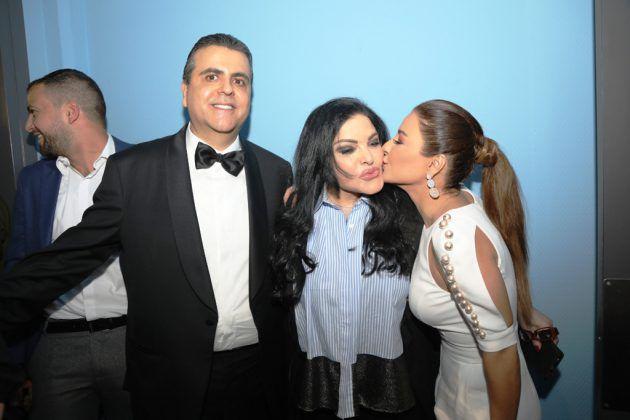 النجمة اللبنانية ماغي بو غصن تقبل الزميلة الأحمدية وإلى جانبهما جمال سنان