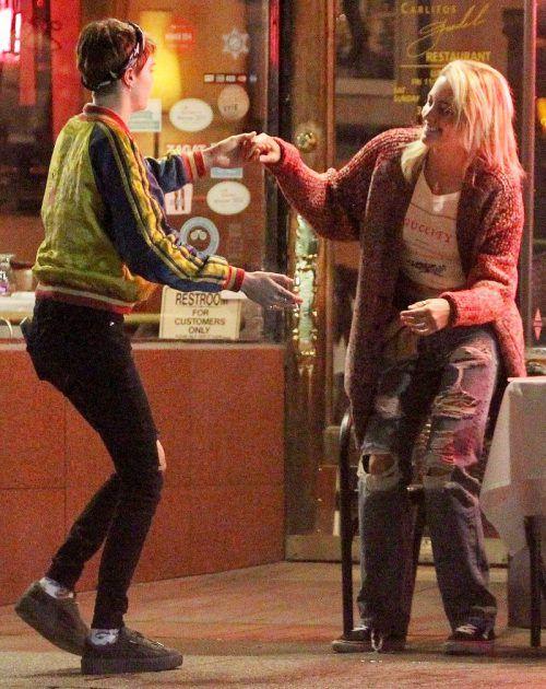 باريس جاكسون وكارا ديليفين ترقصان سوياً في الشارع