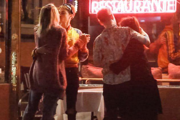 الممثلة البريطانية كارا ديليفين برفقة النجمة الأمريكية باريس جاكسون، خلال خروجهما سوياً في موعد برفقة الممثل الأمريكيماكولي كولكين وحبيبته النجمة الأمريكيةبريندا سونغ