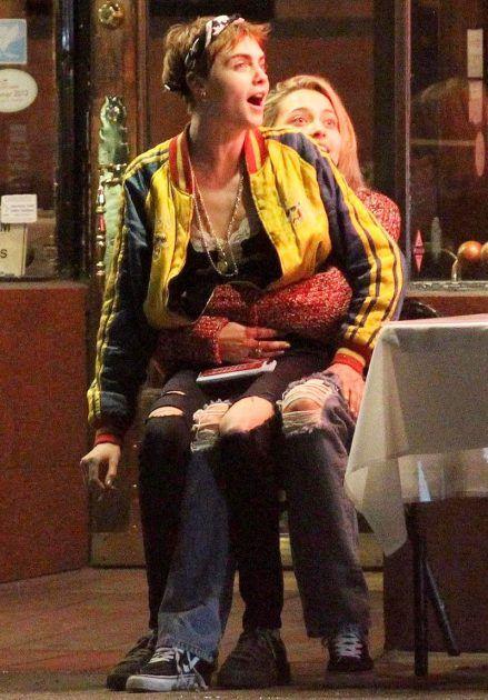 كارا ديفيلين تجلس على ساقي باريس جاكسون