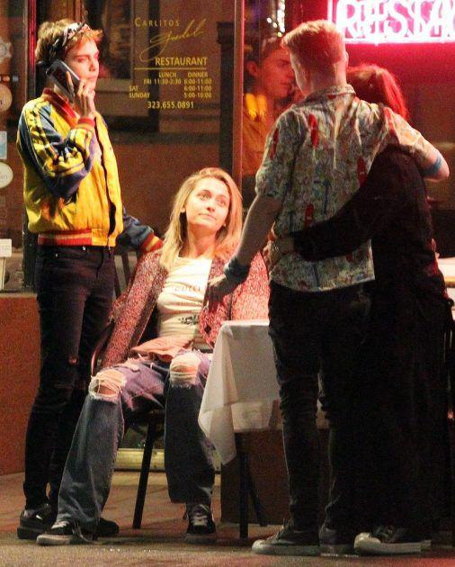 باريس جاكسون جالسة وتقف إلى جانبها كارا ديفيلين وأمامهما ماكولي كولكين وحبيبته النجمة الأمريكيةبريندا سونغ