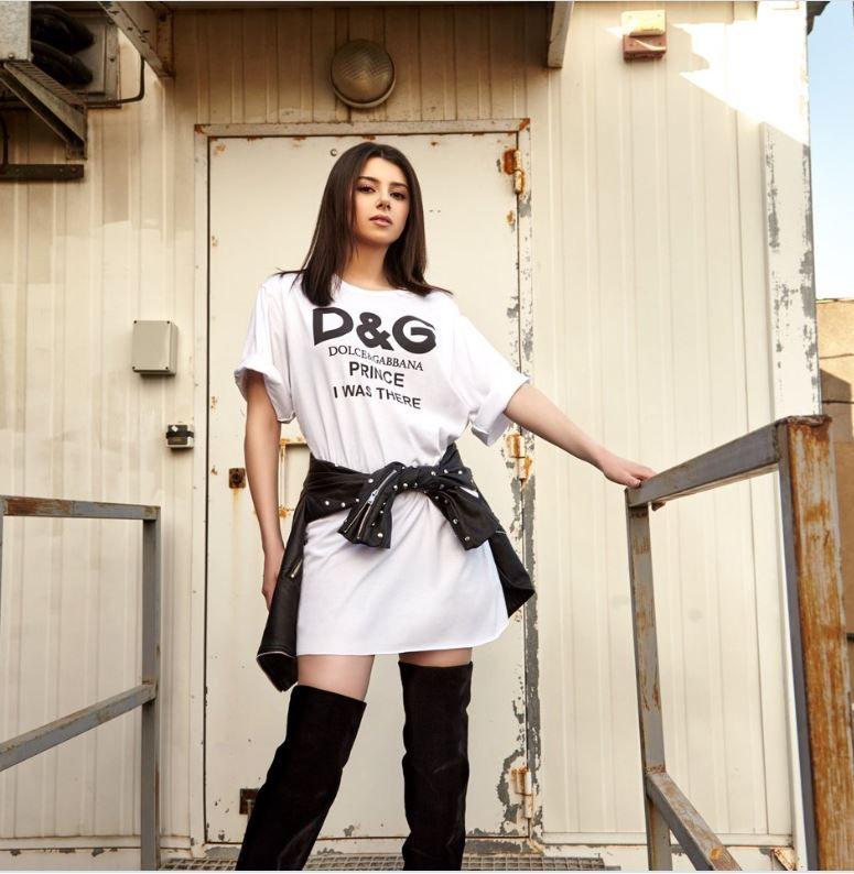 دولتشي أند غابانا اسم قميصها الطويل الذي زينته بالبوط فبانت ستار من طراز أجنبي