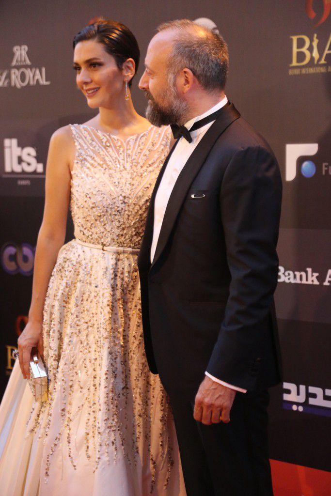 النجمان التركيان خالد أرغنتش وزوجته برغوزار كوريل لحظة وصولهما