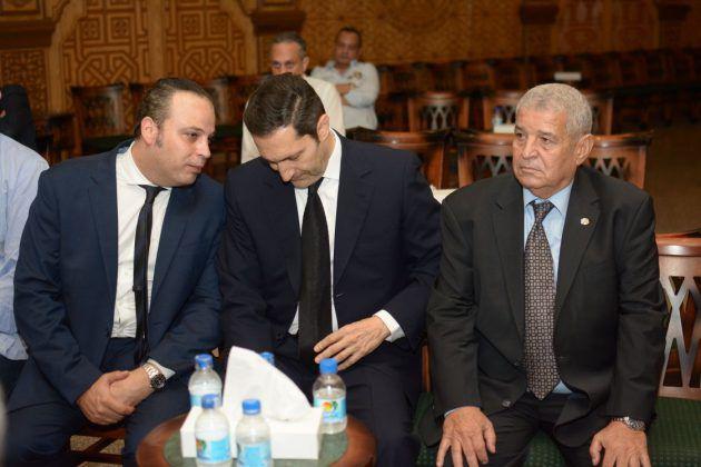 علاء مبارك يجلس إلى جانب تامر عبد المنعم في العزاء
