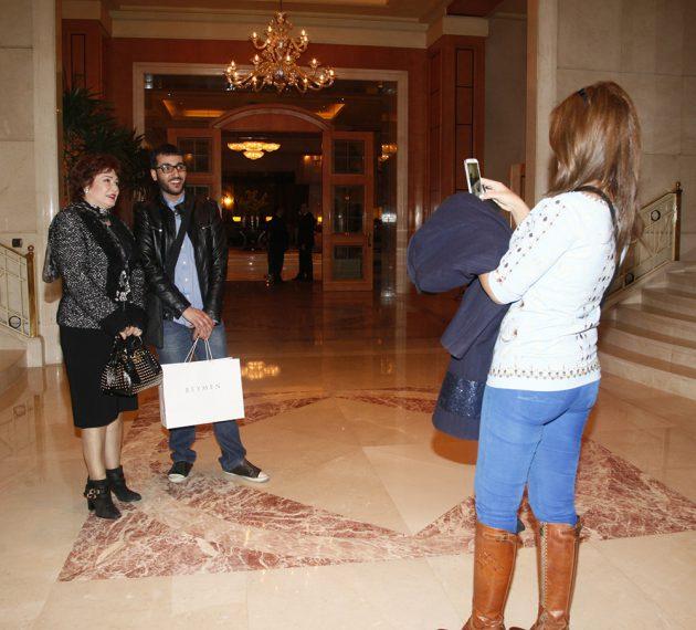 بوسي شلبي تقوم بدور المصور كرمى لأحد معجبي النجمة لبلبة