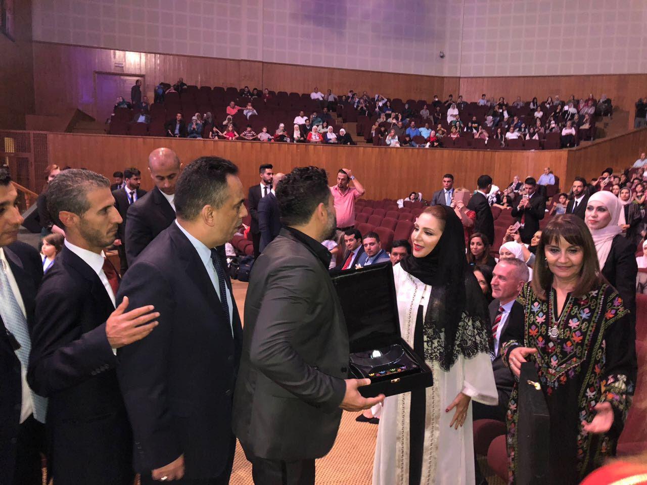 سمو الأميرة فهدة الهاشمي المعظمة تقدم الدرع التكريمي لزياد برجي