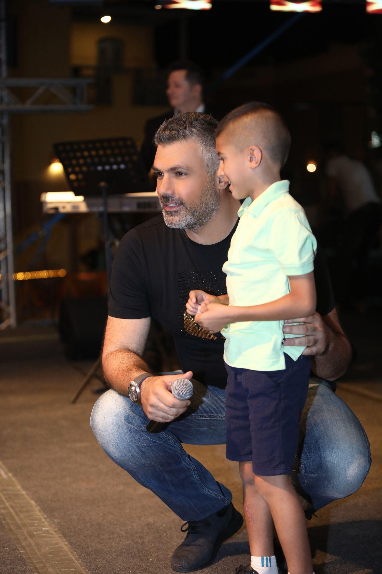 فارس كرم مع أصغر معجب له