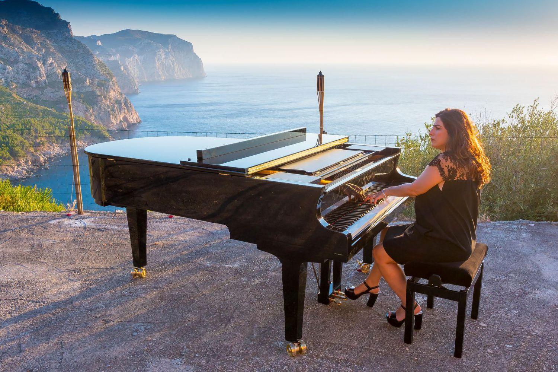 هبة قواس تعزف وتغني في اسبانيا