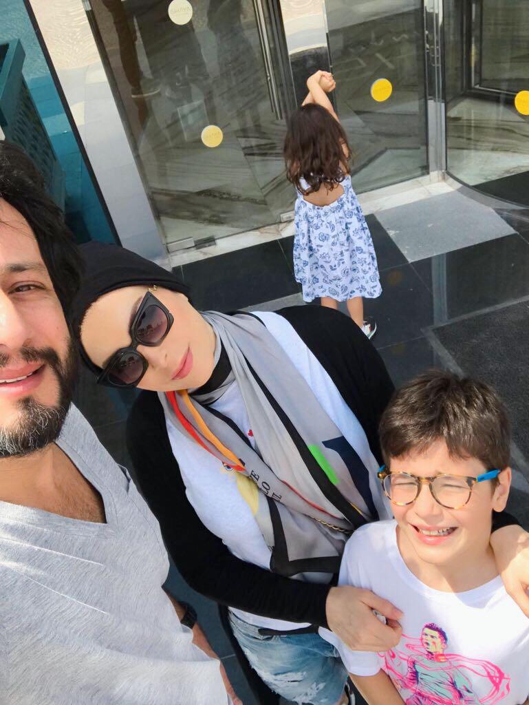 أمل حجازي مع زوجها وولديْها