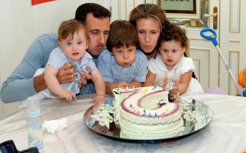 الاسد وزوجته وأطفالهما قبل 14 عاماً
