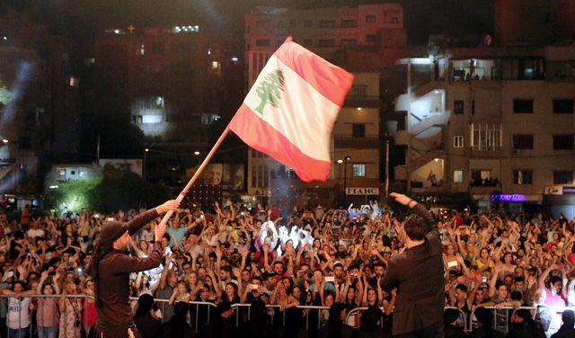 العلم اللبناني يرفرف في المهرجان